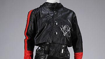 Huutokaupassa myyty Michael Jacksonin signeeraama takki.