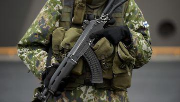 Varusmies sotilas kertausharjoitukset sotaharjoitus