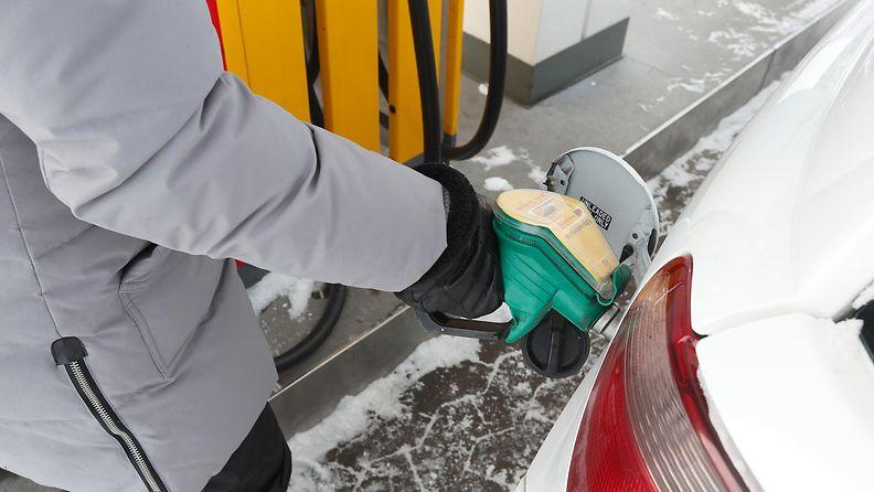 AOP auto autoilu henkilöauto bensa bensiini polttoaine tankkaaminen 1.03583406