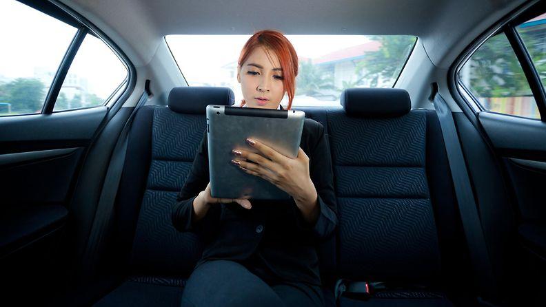 auto nainen ipad tabletti