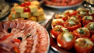 Juhlapöytä, suolaiset, herkut, juhlat, tarjoilu