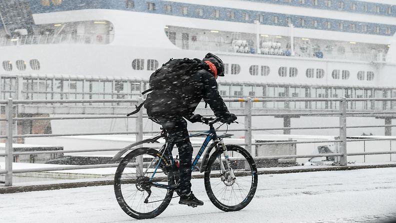 1.03754359 AOP talvipyöräily polkupyörä polkupyöräilijä lumi talvi