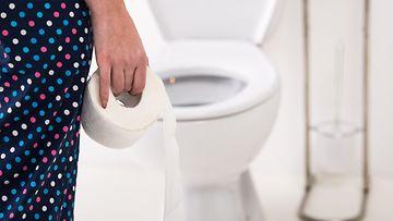 nainen vessa vessapaperi