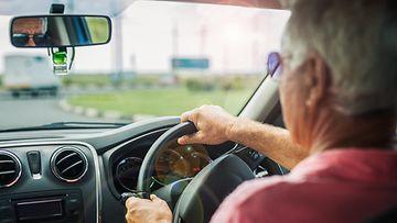 iäkäs kuljettaja vanhus ajaa