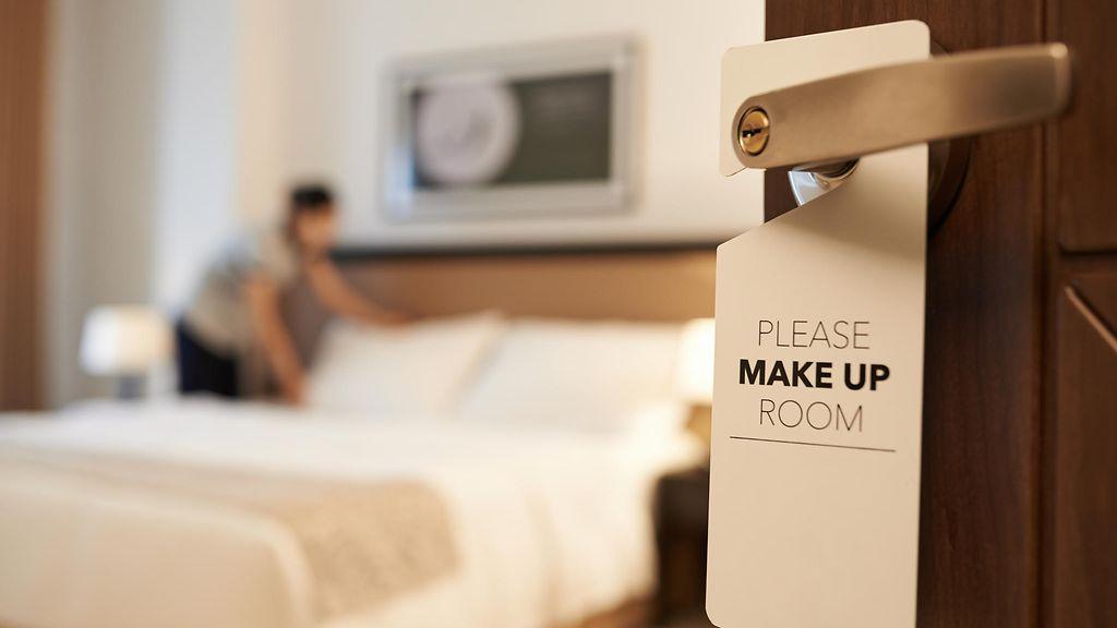 nainen sormettaa halpoja hotelleja helsingissä