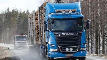 Kuorma-auto liikennettä tukkirekka