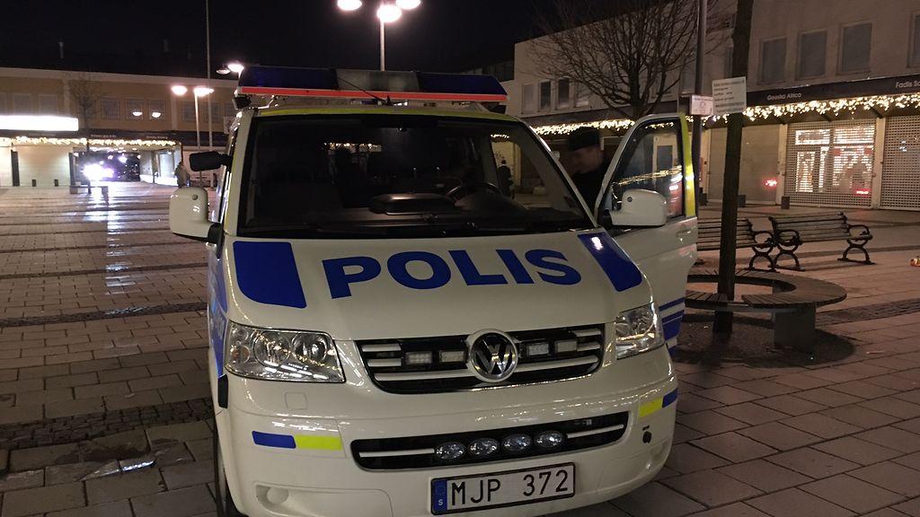 Poliisit käyvät Rinkebyn torilla useasti päivässä. Copyright: Mediahub. Kuva: Tiia Palmén.
