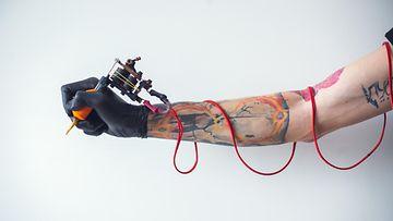 tatuoija käsi