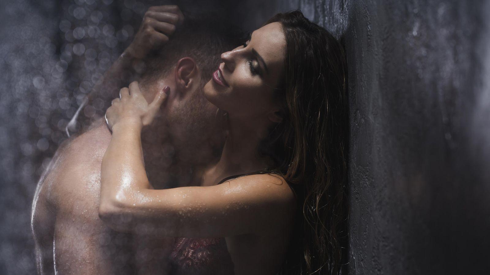 Seksiä alasti suihkussa