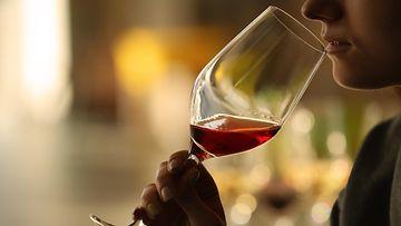 nainen viini viinilasi