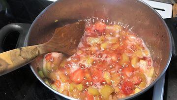Raparperin keitto mansikoiden kanssa