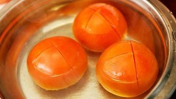 tomatti kuoriminen kattila