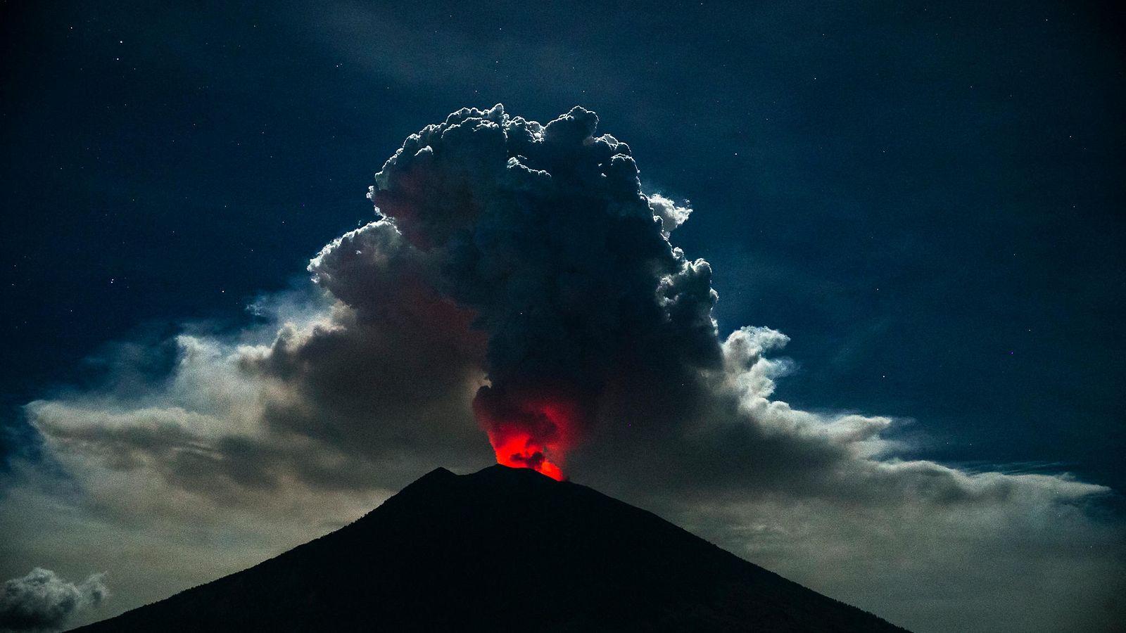 Balin kansainvälinen lentokenttä suljettu - tulivuori sylkenyt tuhkaa ilmaan, lähes 50 lentoa ...