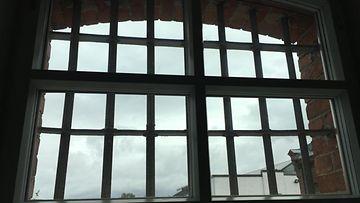 vankilan kalteri-ikkuna