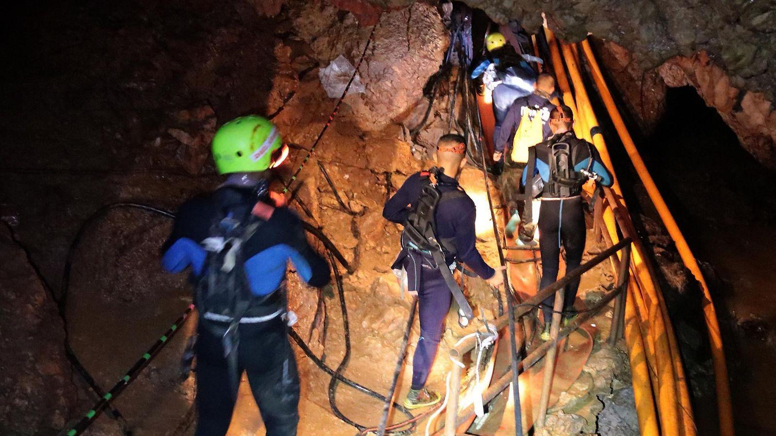 Ainakin neljä poikaa on pelastettu Tham Luangin luolasta – parhaassa  kunnossa olevat pojat tuodaan ulos ensimmäisinä - MTVuutiset.fi ef612f4887