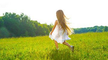 pikku tyttö nurmikko