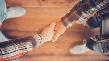 miehet, kättely, kätellä