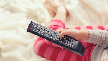 lapsi, televisio, kaukosäädin
