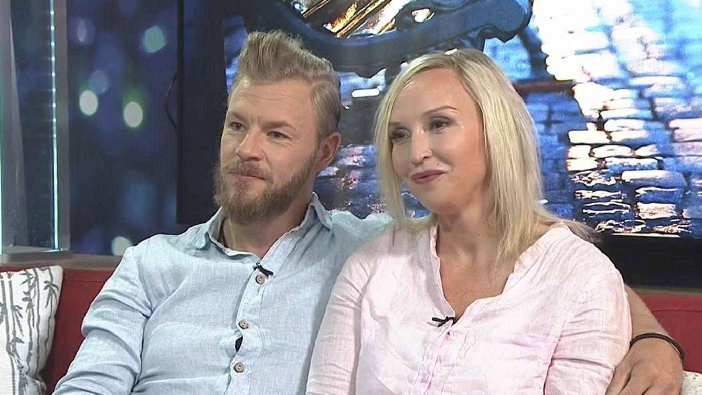 Juha Rouvinen julkaisi rohkean kuvan: Jutta Gustafsberg poseeraa eteerisenä peitto yllään ...