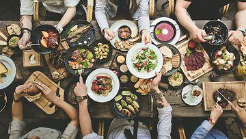 Illallinen ruokapöytä
