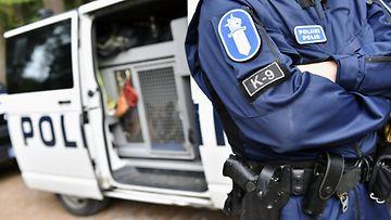 LK poliisiauto, poliisi