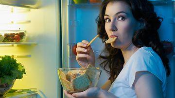 nainen jääkaappi napostelu