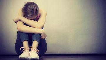 tyttö, yksinäisyys