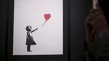 Tyttö ja ilmpallo Banksy AOP