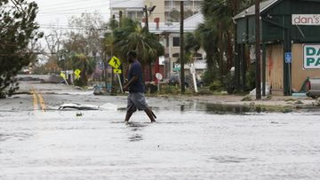 mies kävelee tulvassa panama cityssä