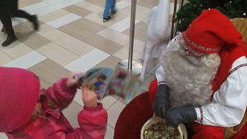KUVA VAIN LIFESTYLEN ARTIKKELIIN Tässä kuvassa tyttäreni selittää innoissaan kauppakeskuksen joulupukille miten olin luvannut hänelle aatoksi yhdessä oloa
