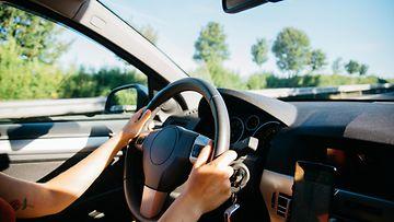 nainen auto