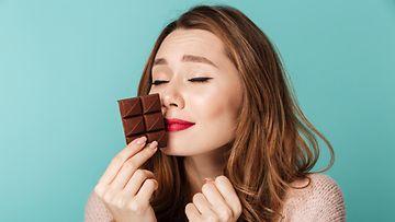 suklaata haisteleva naisihminen