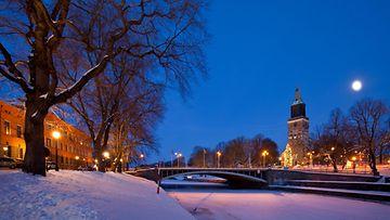 AOP Turku yö talvi Aura-joki ilta maisema kaupunki