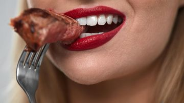 nainen suu ruoka haarukka