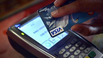 Lähimaksamiseen tarkoitetut pankkikortti ja lukulaite helsinkiläisessä ravintolassa 31. toukokuuta 2013.
