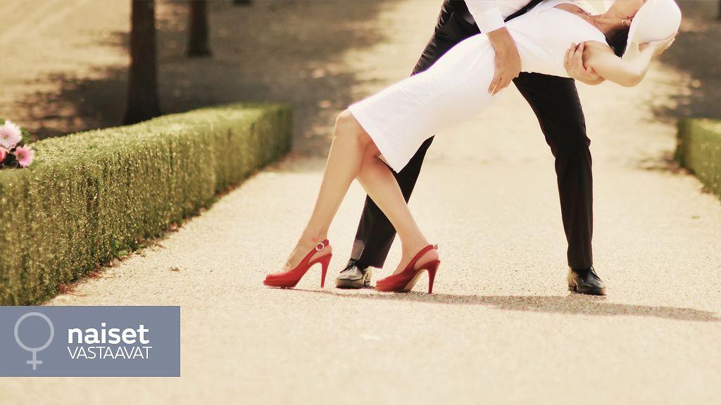 Alaston naiset imevät julkisesti-4046
