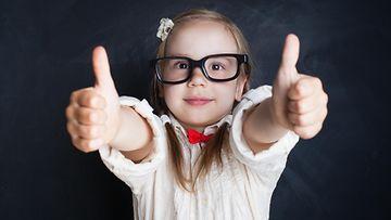 silmälasit, pikkutyttö