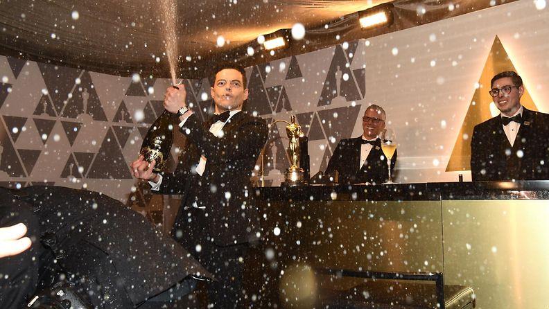 Rami Malek ruiskutteli samppanjaa Oscar-gaala 25.2.2019 1