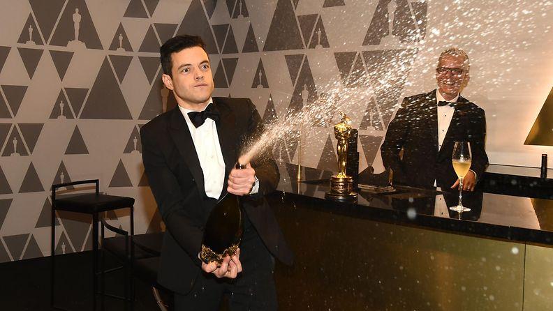 Rami Malek ruiskutteli samppanjaa Oscar-gaala 25.2.2019 2
