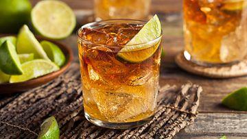dark n stormy cocktail drinkki