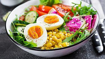salaatti kananmuna lounas