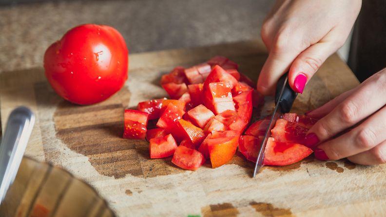 tomaatti leikkuulauta pilkkominen
