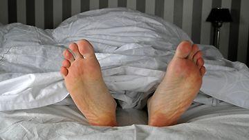 Uni, yö, sänky, jalat, varpaat AOP