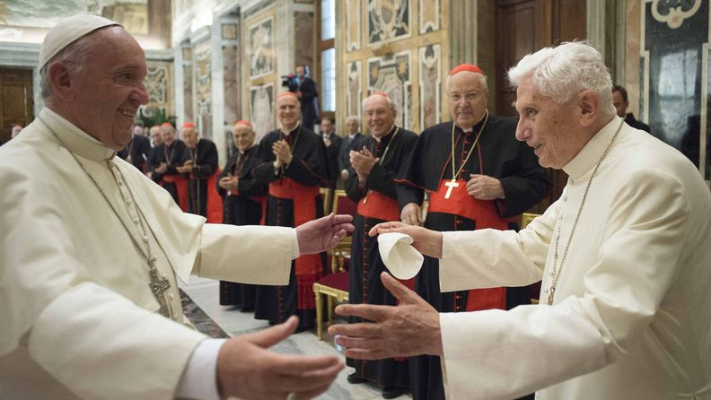 Paavi Franciscus ja paavi Benedictus 2016