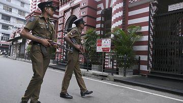 Sri Lanka poliisi partioi Colombon kaupungissa 26.4.2019