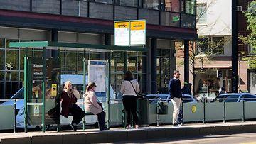 Bussipysäkki, julkinen liikenne