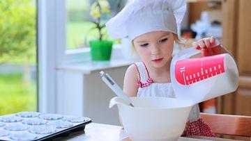 Lapsi kokkaa ruoanlaitto