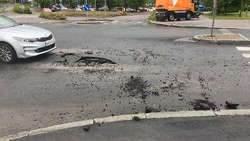 Salaman reikä asfaltissa Espoo
