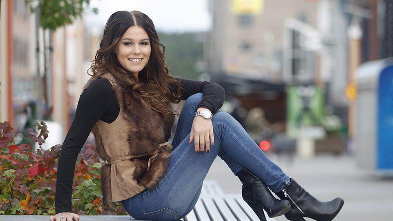 Sara Sieppi on pitänyt Miss Suomi -titteliä hallussaan vasta vuorokauden. Hänestä tuli Miss Suomi, koska Pia Pakarinen luopui kruunustaan 16.9.2011.