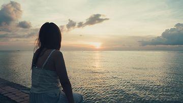 Tyttö auringonlasku